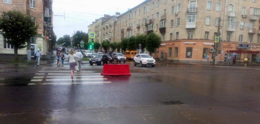 Асфальт провалился на перекрестке в центре Ижевска