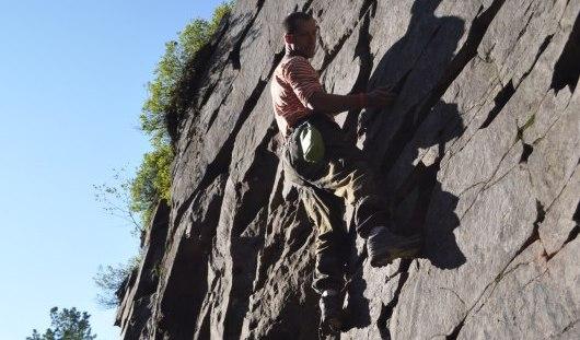 Сотрудник МЧС из Ижевска спас девушку, сорвавшуюся с 12-метровой высоты в горах