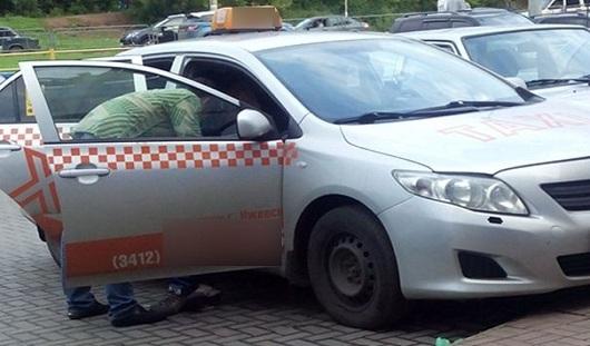 В Ижевске пьяный таксист врезался в припаркованный автомобиль