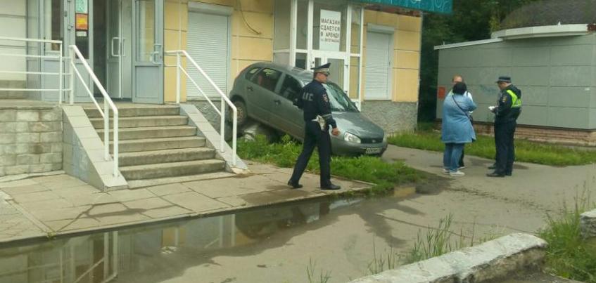 Уже вторая машина в Удмуртии заехала на крыльцо магазина