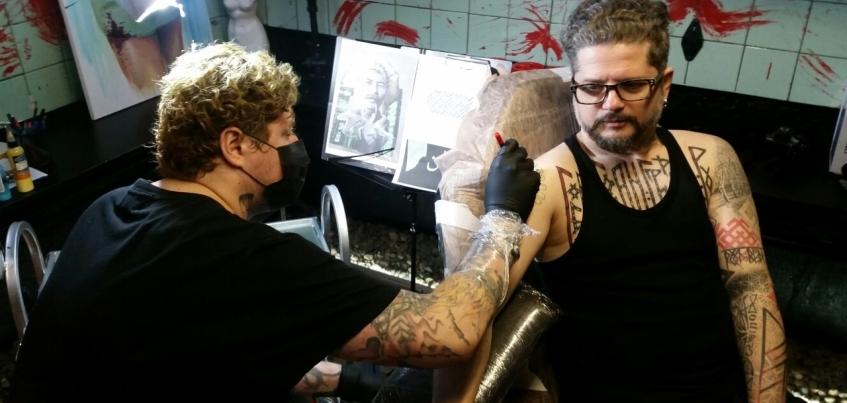 Участник группы 7Б приехал в Ижевск ради татуировки