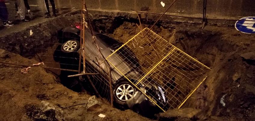 Водитель въехал в яму на Авангардной в Ижевске