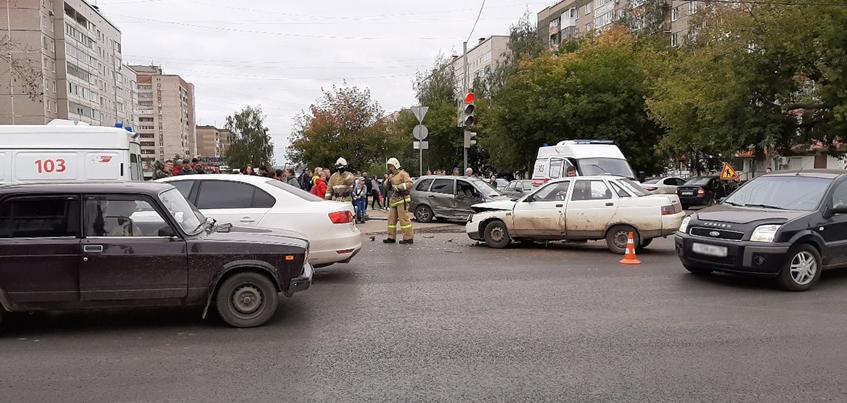 Серьезное ДТП произошло в Ижевске на улице Селтинской