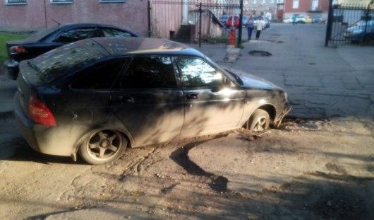 В Ижевске автомобиль колесом провалился в яму