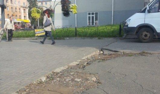 В центре Ижевска новая брусчатка оканчивается ямами