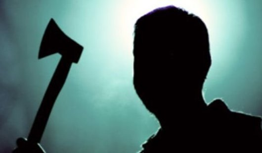 Житель Камбарки напал с топором на подругу и ее любовника