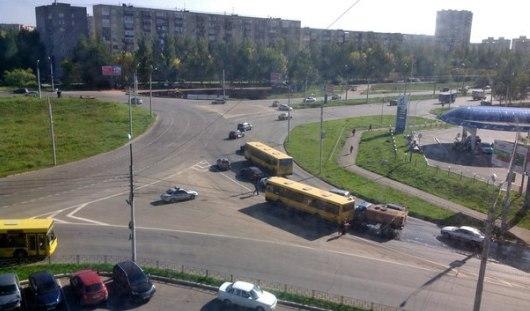 В Ижевске столкнулись два автобуса, легковой автомобиль и поливальная машина