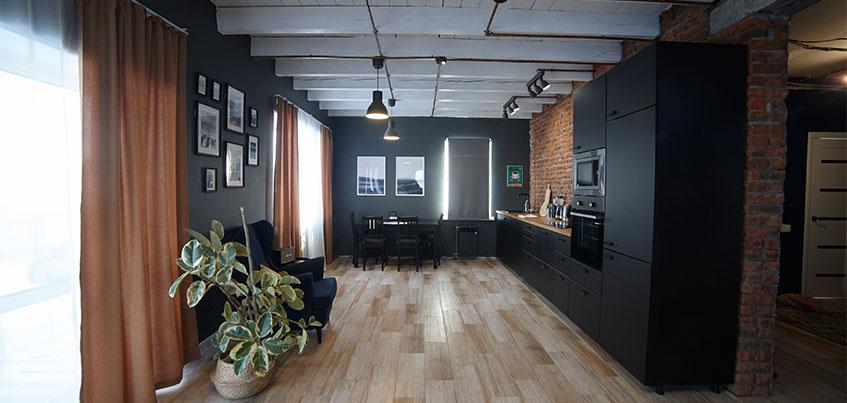 Квартира недели: черная кухня, жженый кирпич и балки на потолке