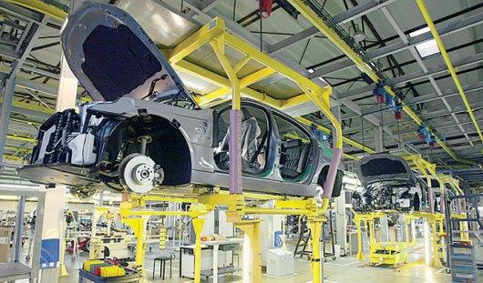 Производство автомобилей в России упало на 42%
