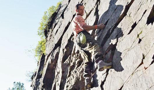 Ижевский спасатель оказал первую помощь девушке, упавшей с 12-метровой скалы