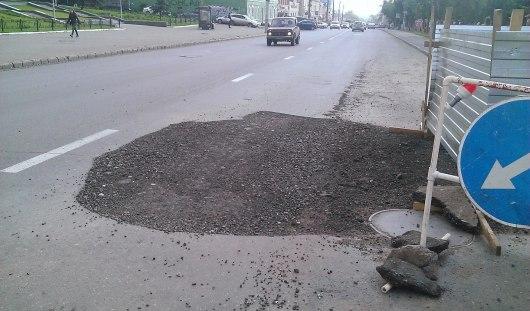 Провал на улице Максима Горького в Ижевске засыпали щебнем