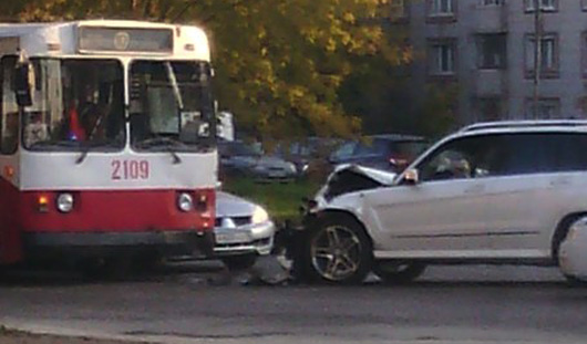 В Ижевске внедорожник врезался в троллейбус