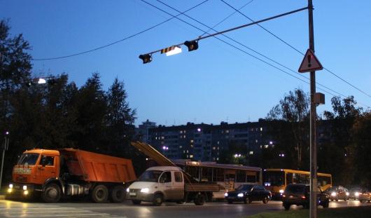 У пешеходных переходов на улице Холмогорова в Ижевске установили автоматическое освещение