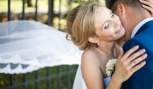 Ижевские молодожены: В свадебном платье запрыгнула в вагон поезда