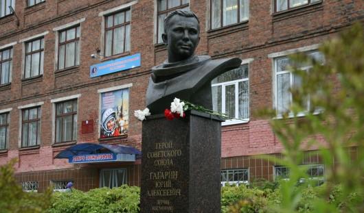 В Ижевске у школы № 62 состоялось открытие бюста Юрия Гагарина