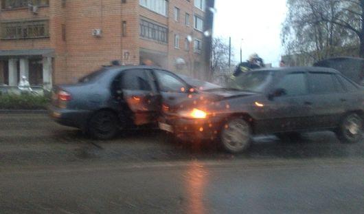 На улице Орджоникидзе в Ижевске столкнулись два автомобиля