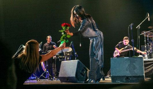 Севара в Ижевске: женщины дарили певице цветы, а мужчины плакали