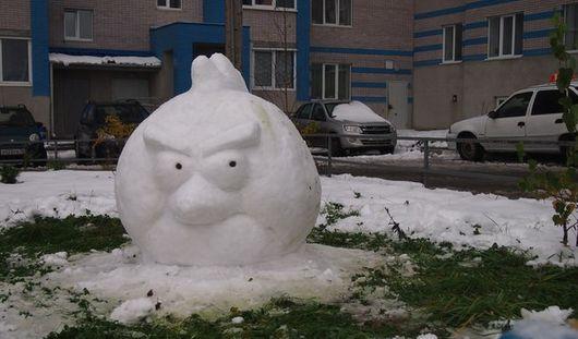 Снежный «энгри берд» появился в одном из ижевских дворов