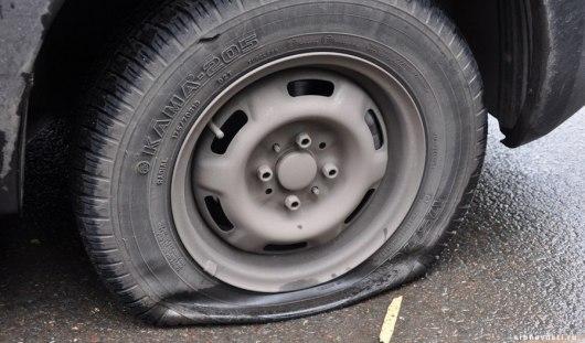В Воткинске неизвестный проколол колеса около 40 автомобилей