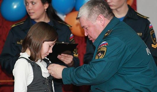 12-летнюю жительницу Удмуртии, которая спасла брата и сестру при пожаре, наградили медалью