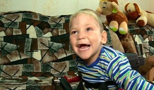 Илья с завистью смотрит на брата, потому что сам не может играть даже с машинками