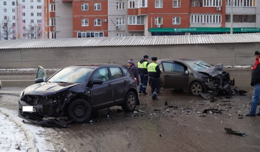 Авария в Ижевске: виновник ДТП и его пассажир сбежали