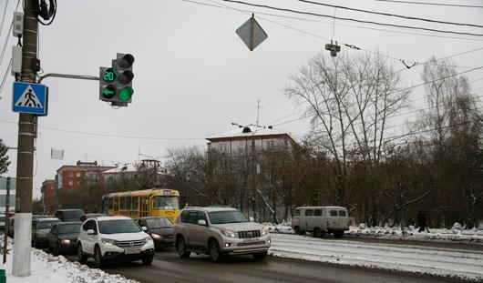 Почему на перекрестке улиц Ленина и Удмуртской цифры секундомера на светофоре установлены с наклоном?