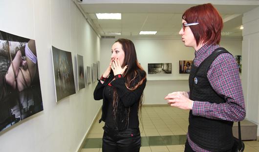 В Ижевске показывают обнаженных связанных женщин