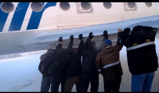 В России пассажирам пришлось толкать замерзший самолет, чтобы тот взлетел