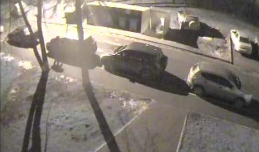 В Ижевске на улице Ворошилова в начале ноября неизвестный исцарапал 4 машины