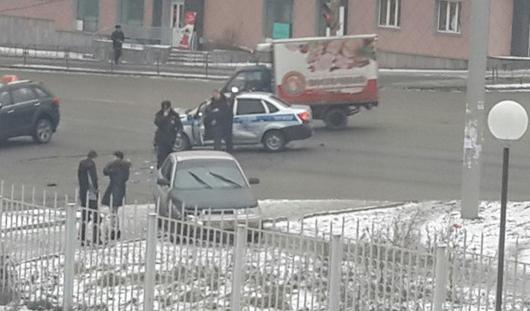 В Ижевске столкнулись полицейская машина и «двенадцатая»
