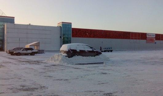 В Ижевске у «Ашана» уборщики снега установили автомобилю «антиугонную систему»