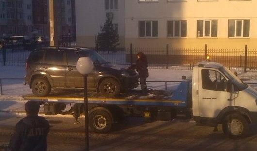 Ижевчанка залезла на эвакуатор и не давала увезти свой автомобиль