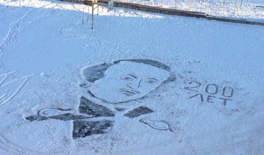 Ижевский дворник-художник нарисовал Лермонтова на снегу