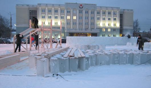 На Центральной площади в Ижевске начали строить ледовый городок
