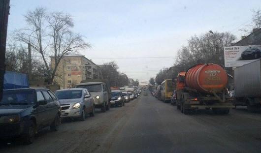 Огромную пробку в Ижевске создали неработающий светофор и авария