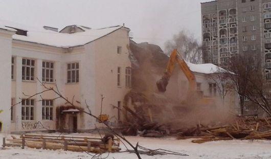 В Ижевске на улице Майской сносят школу № 9