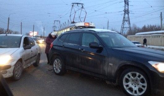 В районе Южной автостанции «BMW» вылетела на рельсы в Ижевске