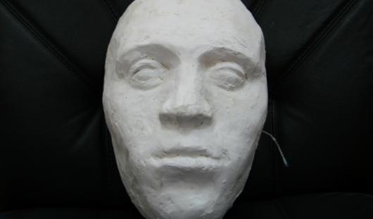 Слепоглухонемая старушка из Удмуртии вылепила маску напавшего на нее маньяка