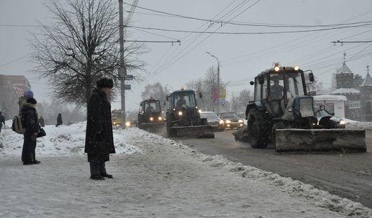 Ижевские дороги от снегопада ночью расчищали 76 машин спецтехники