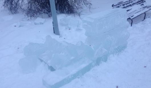 Ночью на 30 декабря в Ижевске вандалы срезали ледяные фигуры на площади