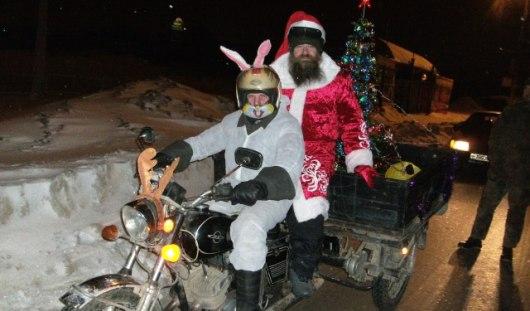 Ижевчанин катается на мотоцикле с елкой и Дедом Морозом