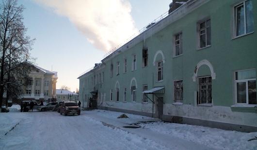 Пожар в Ижевске в доме на Орджоникидзе: жительница провалилась и сломала ногу