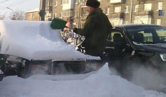 В Ижевске очищают машины-«снеговики»