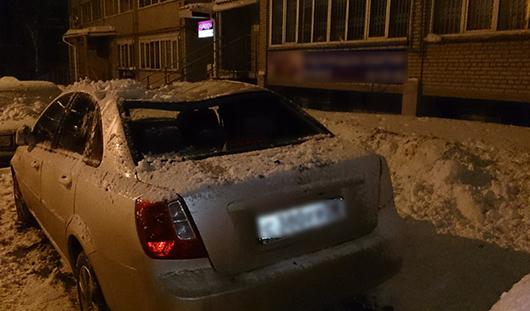 Упавший снег продавил крышу одного из ижевских автомобилей