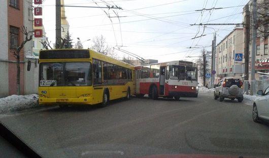 В Ижевске столкнулись автобус и троллейбус