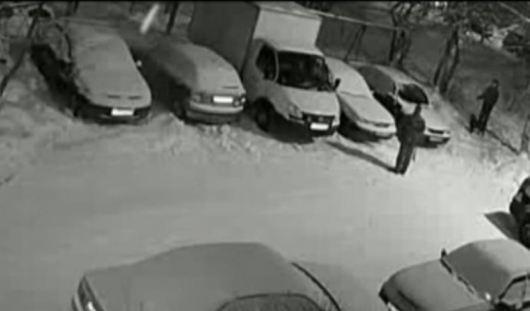Героем Youtube стал водитель, который почистил от снега соседние автомобили