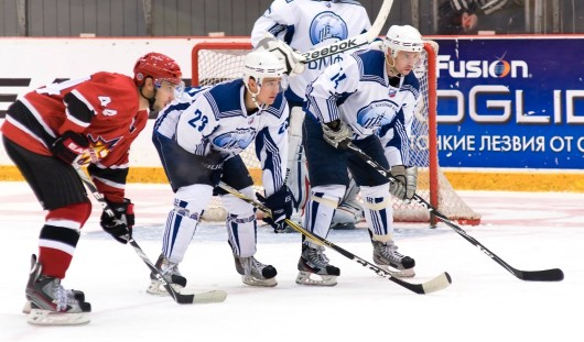 Хоккеисты «Ижстали» дома выиграли у казахской команды со счетом 3:2