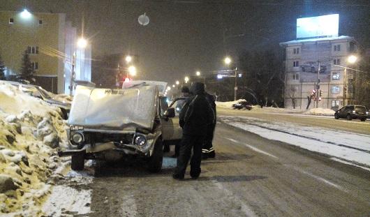 В Ижевске на перекрестке улиц Ленина и Удмуртской столкнулись «Нива» и «Форд»