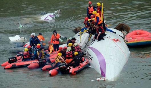 Количество погибших в крушении самолета на Тайване выросло до 19 человек